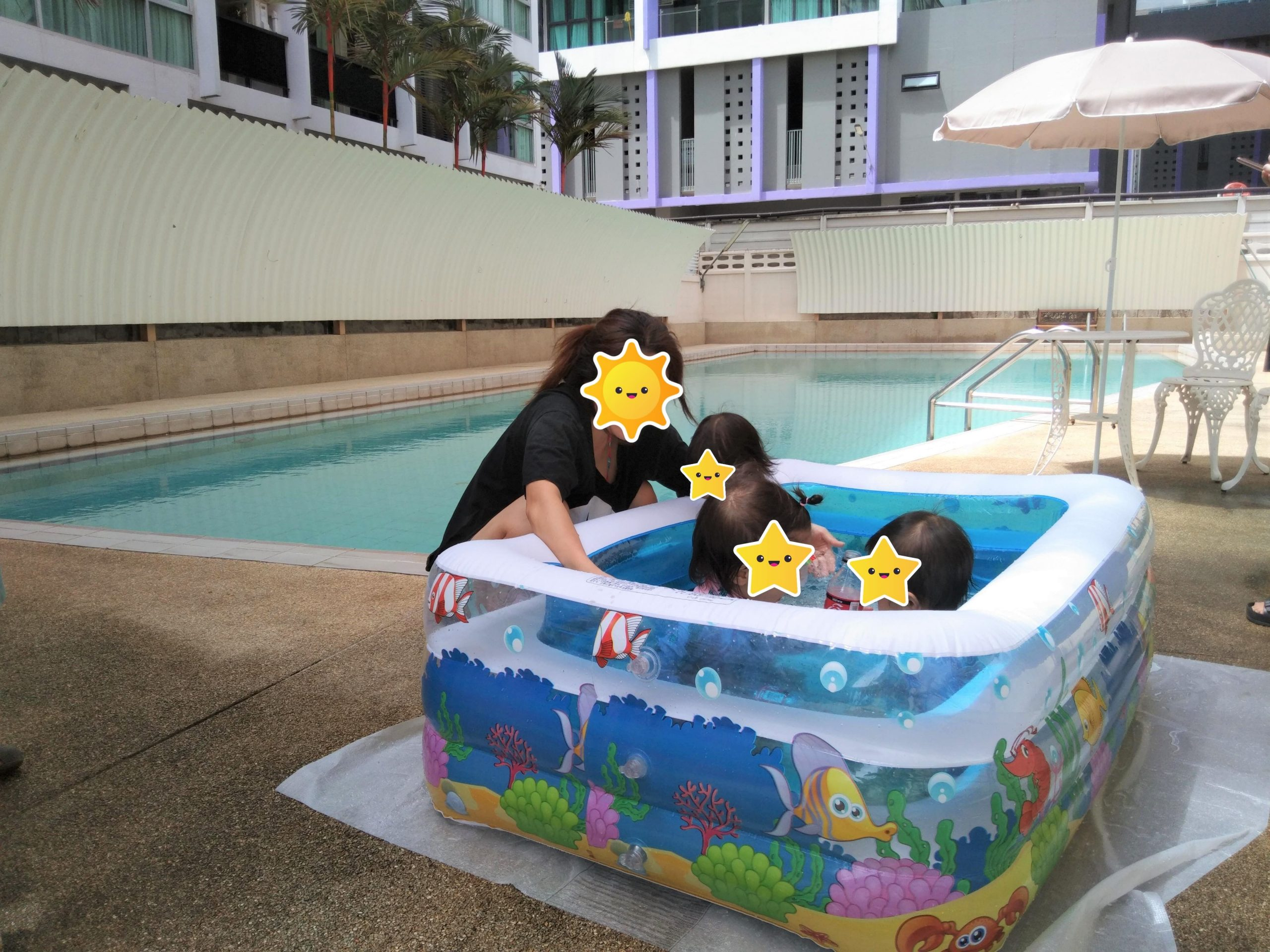 グリーンライフサービスアパート子ども用プールで遊ぶ